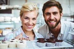 Couples mignons une date regardant l'appareil-photo Photos stock