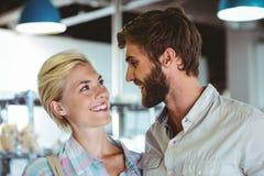 Couples mignons une date regardant l'un l'autre Photographie stock