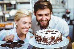 Couples mignons une date regardant un gâteau de chocolat Image libre de droits
