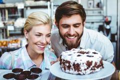 Couples mignons une date regardant un gâteau de chocolat Photo libre de droits
