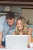 Couples mignons utilisant l'ordinateur portable ensemble Image libre de droits