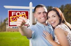 Couples militaires devant la maison, les clés de Chambre et le signe Photos stock
