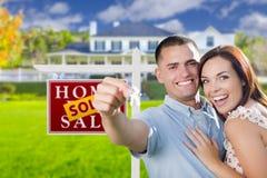 Couples militaires devant la maison, les clés de Chambre et le signe Images libres de droits