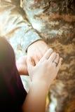 Couples militaires mariés tenant des mains Photo stock