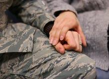 Couples militaires tenant des mains Images stock