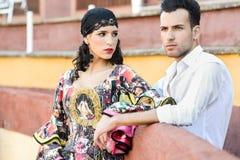 Couples, modèles de mode, dans une arène Image libre de droits