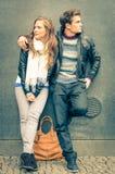 Couples modernes de mode dans un moment de désintérêt mutuel Photo libre de droits