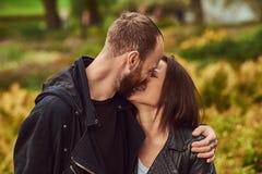 Couples modernes heureux en parc Apprécier leur amour et nature Images libres de droits