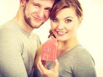 Couples montrant l'affection avec le symbole à la maison Image libre de droits