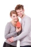 Couples montrant l'affection avec le symbole à la maison Photo stock
