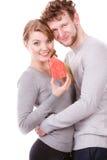 Couples montrant l'affection avec le symbole à la maison Photos stock
