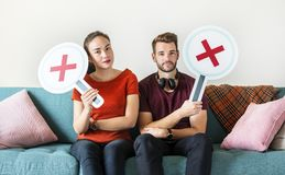 Couples montrant le signe faux de symbole Photo stock