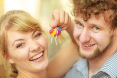 Couples montrant leurs clés de nouvelle maison Photos libres de droits