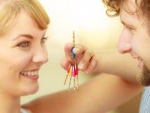 Couples montrant leurs clés de nouvelle maison Photographie stock