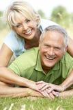 Couples mûrs ayant l'amusement dans la campagne Photographie stock