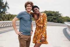 Couples multi-ethniques élégants se tenant sur la passerelle Photos stock