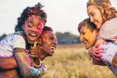 Couples multi-ethniques ferroutant ensemble au festival de holi Photos stock