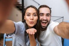 Couples multi-ethniques heureux prenant le petit d?jeuner photo stock