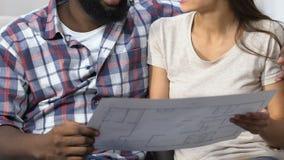 Couples multi-ethniques regardant la conception de projet et de planification du nouvel appartement banque de vidéos