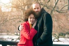 Couples multi-ethniques romantiques dans l'amour étreignant sur la rue Photo libre de droits