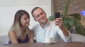 Couples multiculturels prenant l'autoportrait utilisant le smartphone Images stock