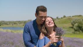Couples multiraciaux dans l'étreinte d'amour dans le domaine de lavande clips vidéos