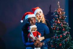 Couples multiraciaux dans l'amour ayant l'amusement et dépensant Noël ensemble Image stock