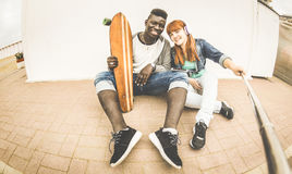 Couples multiraciaux dans l'amour prenant le selfie ayant l'amusement ensemble Photographie stock libre de droits