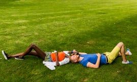 Couples multiraciaux en parc photos stock