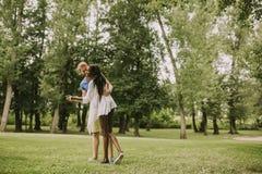 Couples multiraciaux en parc image stock