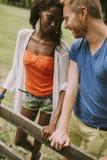 Couples multiraciaux en parc image libre de droits