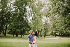 Couples multiraciaux en parc images libres de droits