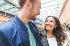 Couples multiraciaux ensemble dans la ville Photographie stock libre de droits