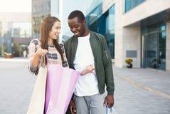 Couples multiraciaux faisant des emplettes ensemble Images libres de droits