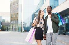 Couples multiraciaux faisant des emplettes ensemble Image libre de droits