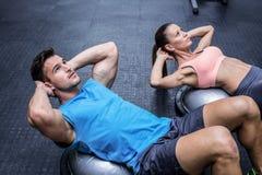 Couples musculaires faisant le craquement abdominal Images libres de droits