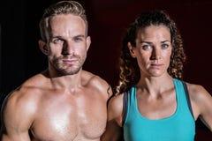 Couples musculaires regardant l'appareil-photo Photographie stock libre de droits