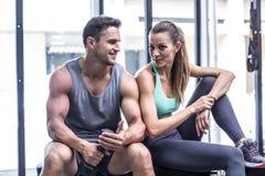 Couples musculaires se reposant sur le banc photographie stock libre de droits