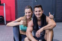 Couples musculaires se reposants regardant l'appareil-photo Photographie stock libre de droits