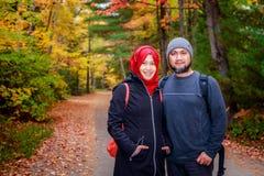 Couples musulmans d'Indonésie prenant la photo dans le Canada Photographie stock libre de droits