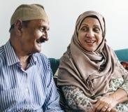 Couples musulmans supérieurs à la maison Photos stock