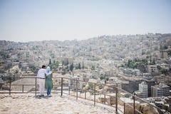 Couples musulmans tendres regardant le panorama d'Amman Images libres de droits