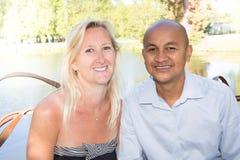 Couples mxed heureux de course dans la campagne Photographie stock libre de droits
