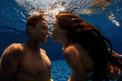 Couples nageant sous l'eau photo stock