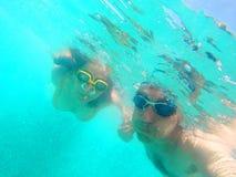 Couples nageant sous l'eau en mer Image libre de droits