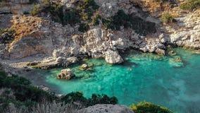Couples naviguant au schnorchel dans une crique près de la baie de Marathi dans Chania, Crète, Grèce images stock