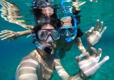 Couples naviguant au schnorchel en Maldives Image libre de droits