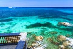 Couples naviguant au schnorchel en mer clair comme de l'eau de roche Photo stock