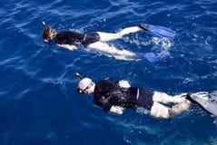 Couples naviguants au schnorchel Photos libres de droits