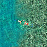 Couples naviguants au schnorchel dans l'eau de mer Vue d'un bourdon Photographie stock libre de droits